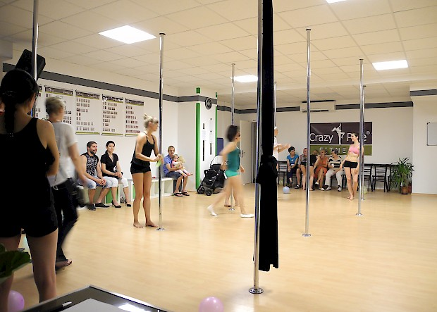fitnessstudio crazypole dresden in dresden. Black Bedroom Furniture Sets. Home Design Ideas